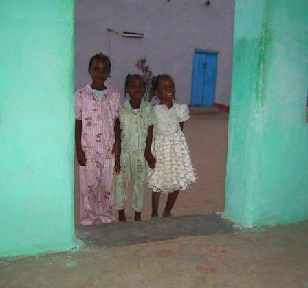 Hanne Resch, Kinder in einer Türöffnung im Sudan